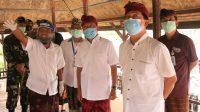 Foto: GUBERNUR KOSTER KLUNGKUNG GUBERNUR Koster melihat peninggalan sejarah kerajaan Klungkung di Kertha Gosa, Kamis (9/7). Foto: baw