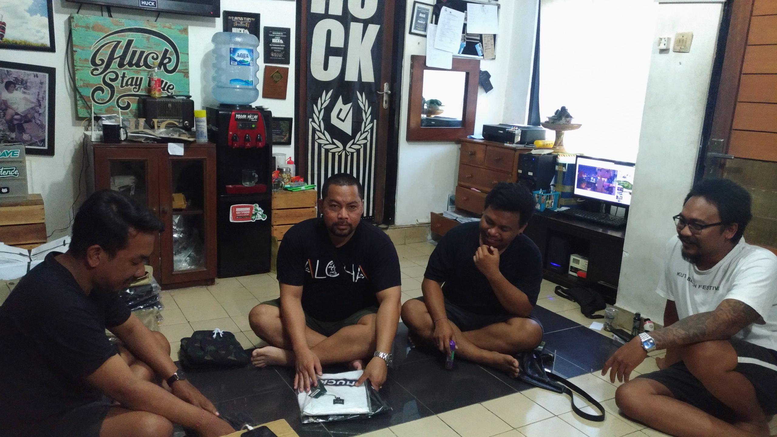 Foto: HUCK DISTRO PENDIRI Huck Distro saat berbincang dengan wakil Ketua LPM Legian, Ketut Sentanu. Foto: gay