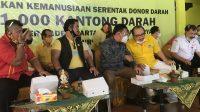 SUGAWA Korry menyimak serius obrolan dengan AA Ngurah Rai Iswara saat acara donor darah di DPD Partai Golkar Bali, Minggu (12/7/2020). Kehadiran Rai Iswara yang kencang disebut sebagai kandidat Golkar di Pilkada Denpasar, membuat acara donor darah rasa pamer calon pilkada. Foto: gus hendra