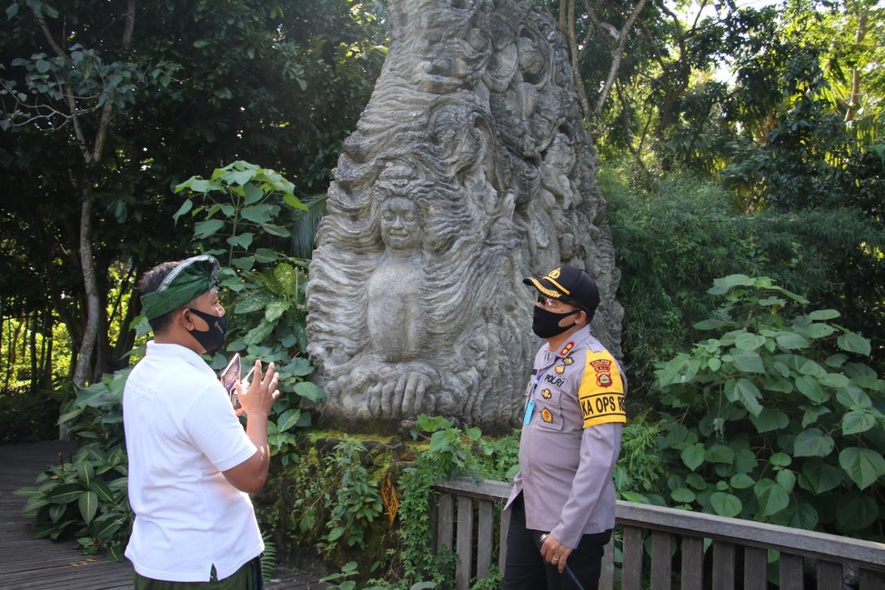 Foto : KAPOLRES GIANYAR KAPOLRES Gianyar, AKBP I Dewa Made Adnyana, mengunjungi objek wisata Monkey Forest, Ubud, dalam adaptasi kenormalan baru. Foto: ist