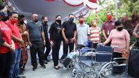 Foto: KURSI RODA BUPATI Gianyar, Made Mahayastra, menyerahkan bantuan kursi roda kepada sembilan orang berkebutuhan khusus. Foto: adi