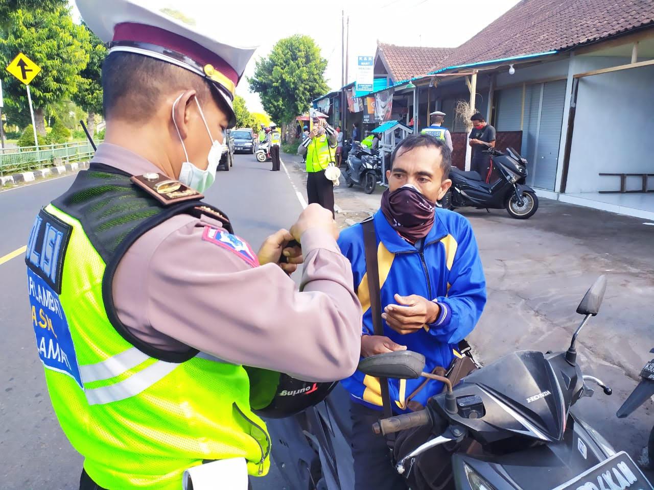 Foto: OPERASI PATUH LEMPUYANG OPERASI Patuh Lempuyang 2020 di Jalan Tulikup Gianyar. Foto: adi