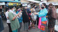 Foto: PELINDUNG WAJAH PEMBAGIAN pelindung wajah kepada pada para pedagang. Foto: adi