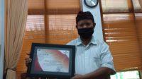 Foto: TAMAN SOEKASADA UJUNG PENGELOLA Taman Soekasada Ujung, Ida Mangku Alit, menunjukkan sertifkat tatanan kehidupan baru daerah tujuan wisata. Foto: nad