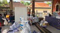 Foto: tes cepat abianbase SUASANA pengambilan sampel tes cepat Covid-19 di Desa Adat Abianbase, Mengwi, Badung, Selasa (7/7). Foto: ist