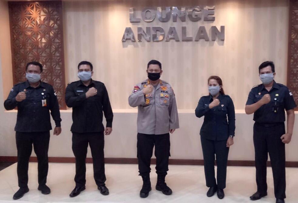 KOMISIONER Bawaslu Bali dipimpin Ketut Ariyani bersama Kapolda Bali saat audiensi di Polda, Senin (6/7/2020). Foto: ist