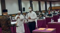 KETUA KPU Denpasar melantik pengganti antarwaktu PPK Denpasar Utara sebelum bimtek PPDP untuk PPK dan PPS Denpasar, Sabtu (11/7/2020). Foto: Ist