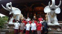 Foto: GUBERNUR Koster didampingi Bendesa Agung, Sekda Bali, Kadis Pemajuan Desa Adat, dan Majelis Madya Desa Adat Kabupaten/Kota berfoto bersama seusai penyerahan pararem di Gedung Gajah Jayasabha. Foto: alt