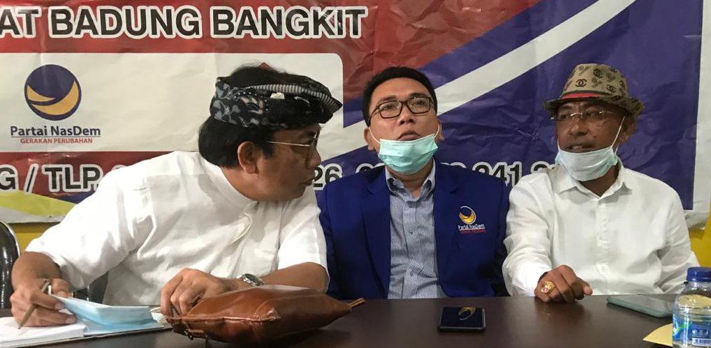 WAYAN Disel Astawa (kanan) berbincang dengan bakal calon Bupati Badung, IGN Agung Diatmika (kiri) saat pertemuan KRBB di DPD Partai Golkar Badung, Kamis (30/7/2020). Foto: gus hendra