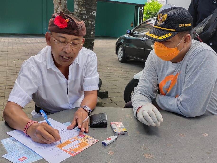 DISEL Astawa saat menjalani coklit serentak oleh KPU Badung, beberapa waktu lalu. Foto: Ist