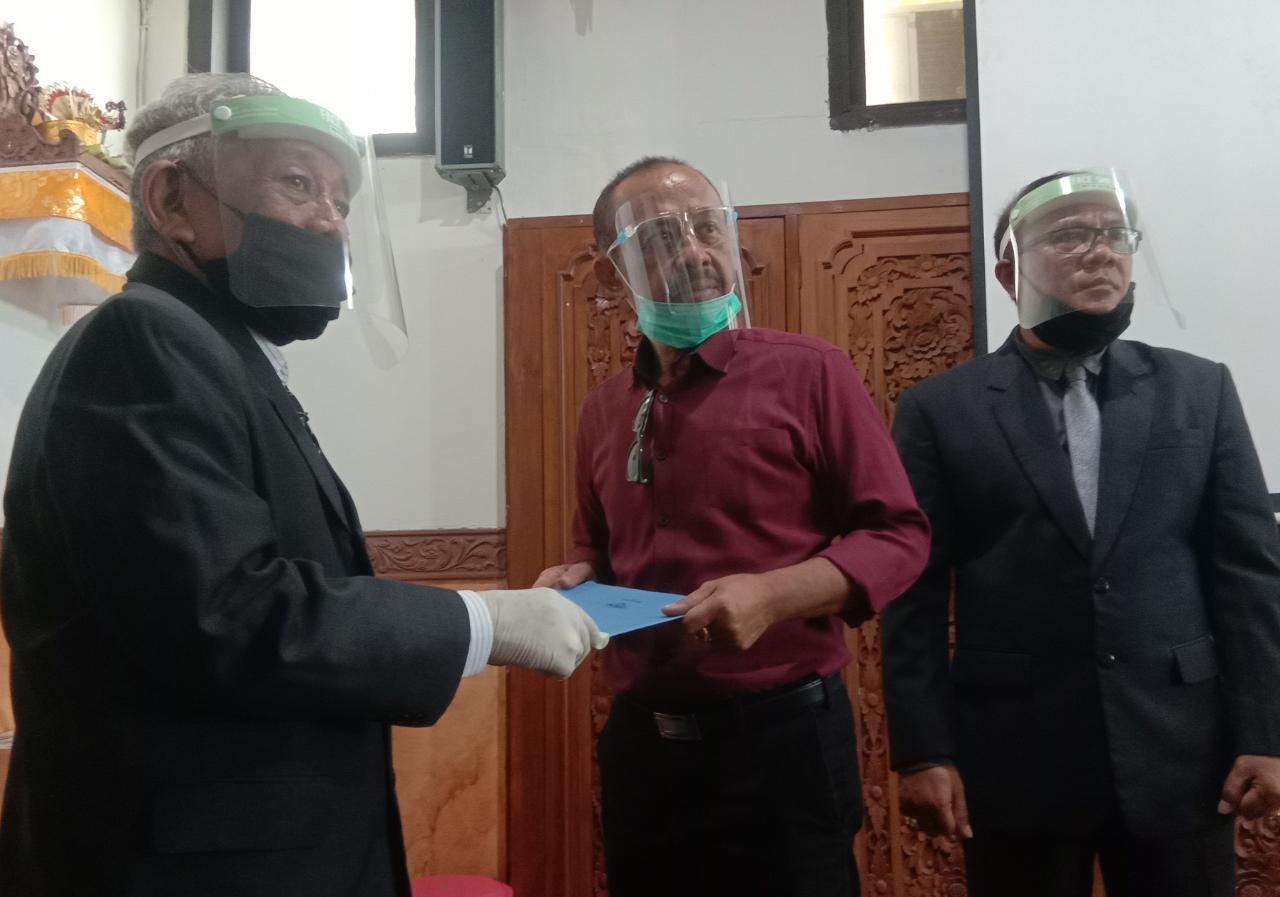 PROF. Dasi saat menyerahkan SK kepada Ketua Yayasan Arthanegara yang didampingi Rektor Suarta. Foto: alt