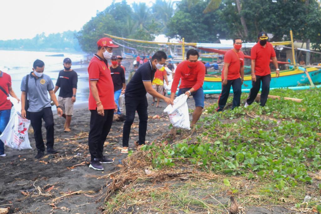 KEGIATAN gotong royong membersihkan Pantai Candikusuma, Melaya, Jembrana, Minggu (19/7). Foto: ist