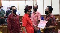 GUBERNUR Bali Wayan Koster didampingi Kadis Koperasi Mardiana saat menyerahkan bantuan stimulus ekonomi di sektor informal Usaha Kecil dan Menengah (UKM), Usaha Mikro Kecil Menengah (UMKM) dan Industri Kecil Menengah (IKM). Foto: ist
