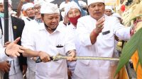 GUBERNUR I Wayan Koster menusukkan keris dalam ritual nuwek bagia pula kerti sebagai rangkaian upacara pemahayu jagat di Pura Besakih, Minggu (5/7/2020). Upacara ini untuk memohon anugerah terkait penerapan tatanan kehidupan era baru masyarakat Bali yang produktif dan aman Covid-19. Foto: Ist