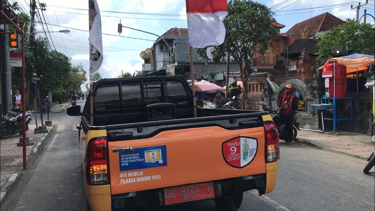 "MOBIL pikap KPU Badung dengan pelantang suara di bak belakang keliling jalan-jalan untuk ""promosi"" Pilkada Badung 2020, sekaligus mengajak masyarakat menggunakan hak pilih, Selasa (28/7/2020). Foto: Ist"