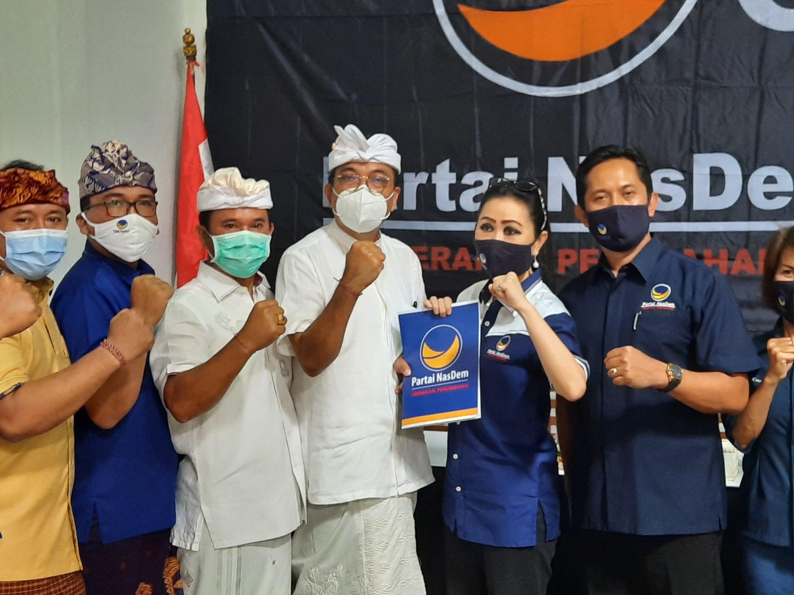 KETUA DPW Partai Nasdem Bali, Yulie Sutrisno Laiskodat, menyerahkan SK rekomendasi kepada IGN Agung Diatmika- Wayan Muntra sebagai bakal calon di Pilkada Badung 2020, Senin (24/8). Foto: surnantama