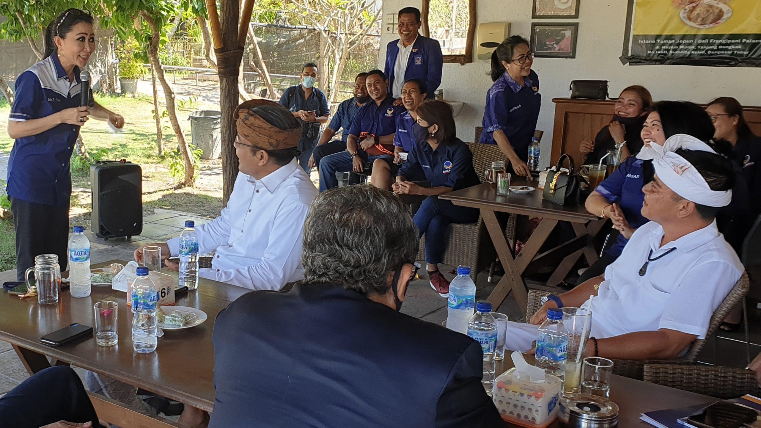 YULIE Sutrisno Laiskodat (kiri) memberi arahan kepada Ngurah Ambara Putra (destar batik) dan Bagus Kertanegara (destar putih) sebelum menyerahkan rekomendasi Nasdem untuk Pilkada Denpasar 2020, Senin (24/8/2020). Foto: gus hendra