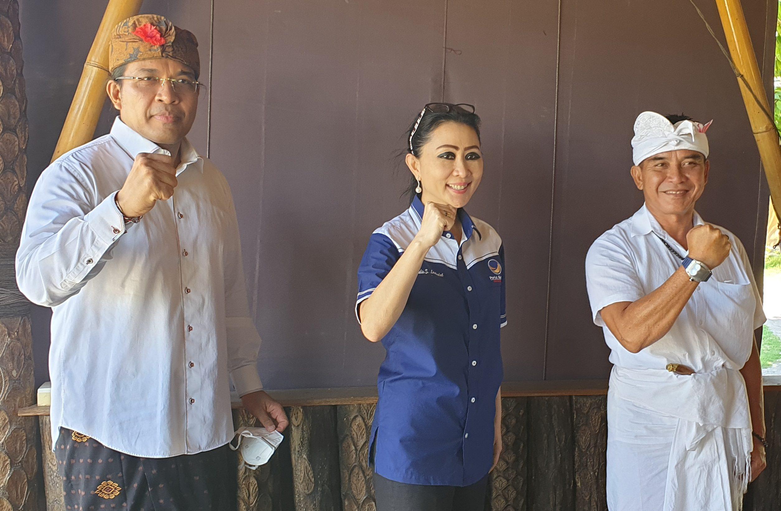 NGURAH Ambara Putra (kiri) bersama Bagus Kertanegara (kanan) mengapit Ketua DPW Nasdem Bali, Yulie Sutrisno Laiskodat, usai penyerahan rekomendasi dari Nasdem, Senin (24/8) lalu. Foto: gus hendra