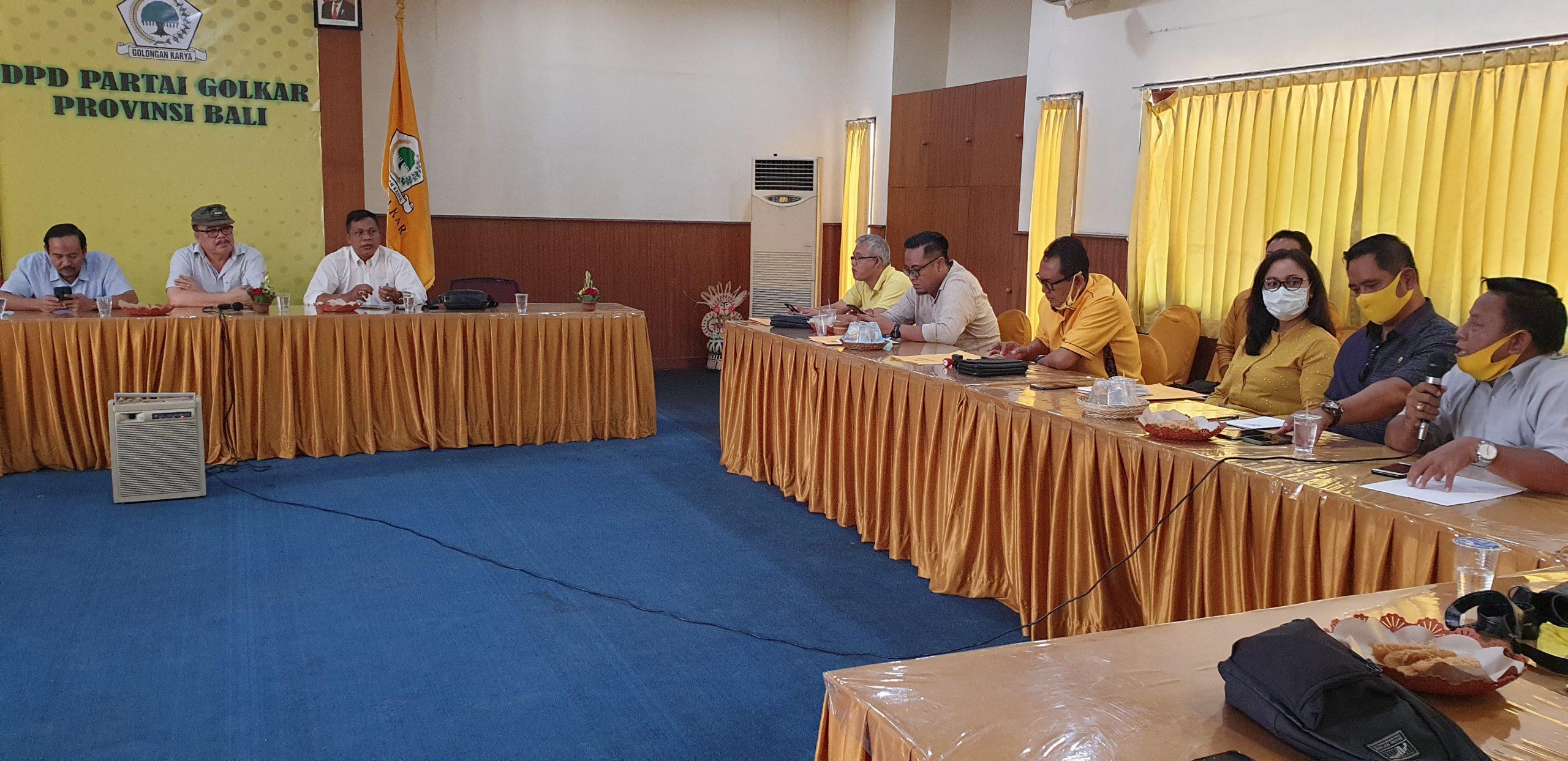 SUGAWA Korry (dua kiri) menyimak pemaparan para ketua DPD Partai Golkar yang baru usai musda saat rapat konsolidasi di DPD partai Golkar Bali, Rabu (26/8/2020). Foto: gus hendra