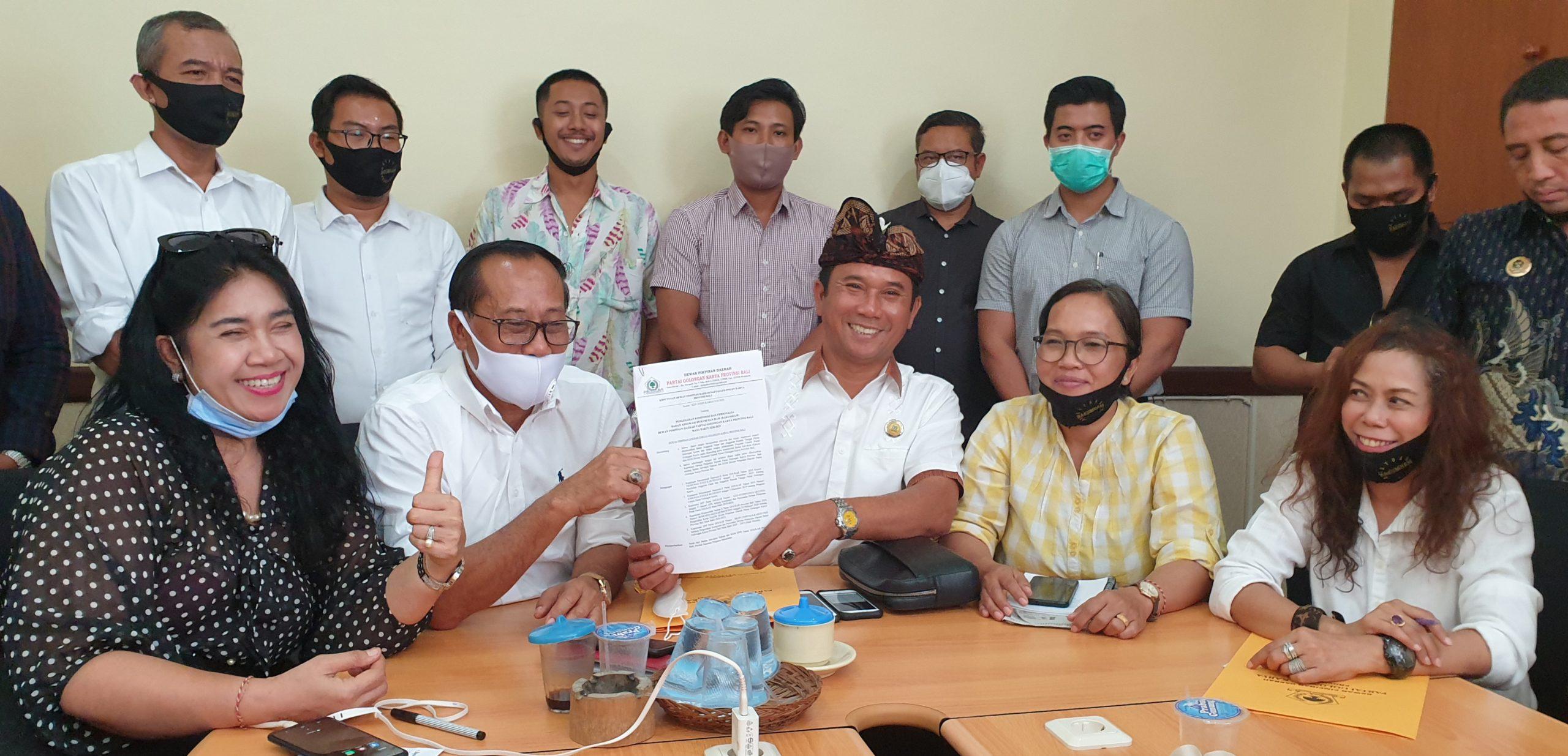 I Wayan Muntra (pakai destar) menunjukkan SK personalia Bakumham DPD Partai Golkar Bali, Rabu (26/8/2020). Foto: gus hendra
