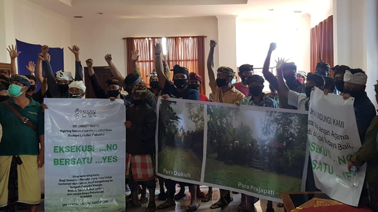 Ket foto 1: Warga Pakudui Kangin menyuarakan aspirasinya di Gedung DPRD Gianyar - POS BALI/ADI