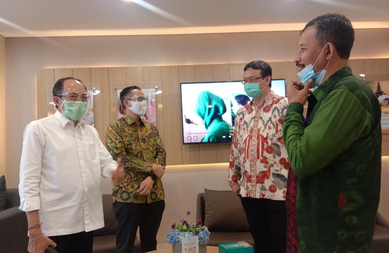 POSBALI/ALT Kadis Kesehatan Suarjaya didampingi Kadis Pariwisata Putu Astawa tampak berbincang dengan CEO Morula Indonesia, dr. Ivan R. Sini di Morula Lounge RSBM.