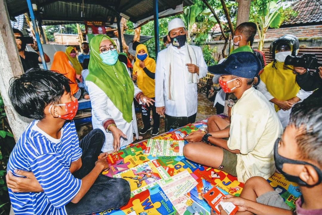 Foto : Pasangan Selly - Manan saat diskusi santai dengan sejumlah anak anak di Kota Mataram.