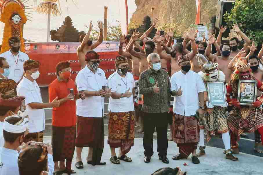 Foto: BPD BALI BPD Bali bersama Bank Indonesia bersama Gubernur Koster saat meresmikan digitalisasi sistem pembayaran berbasis QRIS di DTW Uluwatu. Foto: ist