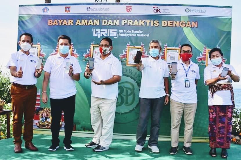 Foto: BPD BALI DIREKTUR Utama Bank BPD Bali, I Nyoman Sudharma, (paling kiri) bersama BI dan OJK saat peluncuran QRIS di Taman Kuliner Yeh Malet, Karangasem. Foto: ist