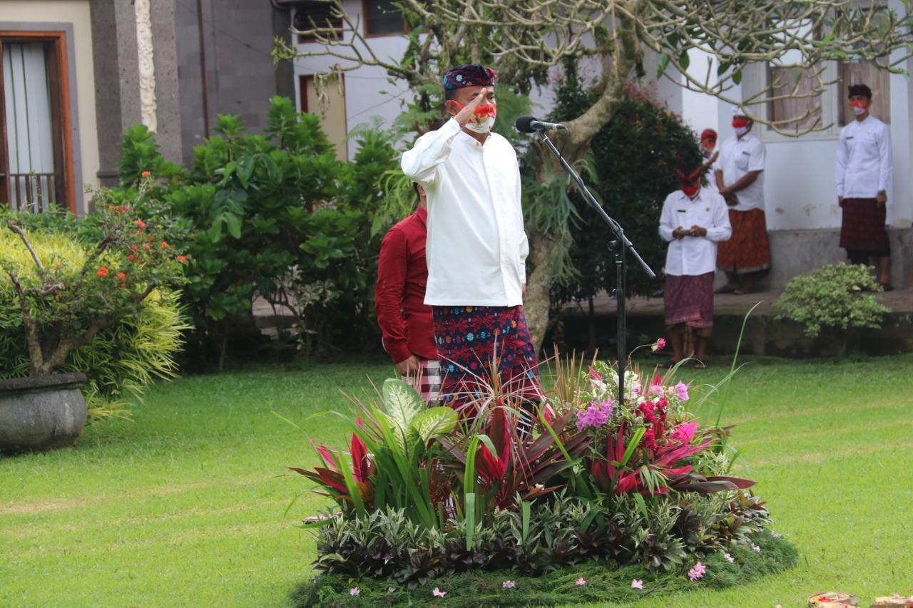 Foto: BUPATI BANGLI MADE GIANYAR BUPATI Bangli, I Made Gianyar bertindak selaku inspektur upacara peringatan HUT ke-75 RI di Kabupaten Bangli, Senin (17/8). Foto: gia