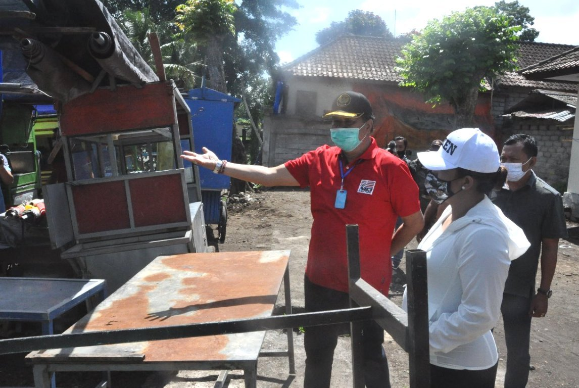 Foto: BUPATI EKA BUPATI Tabanan, Ni Putu Eka Wiryastuti; bersama Ketua DPRD Tabanan, I Made Dirga, meninjau Kompleks Pasar Pesiapan, Tabanan, Jumat (21/8). Foto: gap