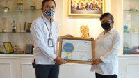 Foto: BUPATI MAS SUMATRI BUPATI Mas Sumatri menerima penghargaan dari Badan Pusat Statistik (BPS) Republik Indonesia, yang diserahkan Kepala BPS Karangasem, Komang Bagus Pawastra, Rabu (5/8). Foto: nad