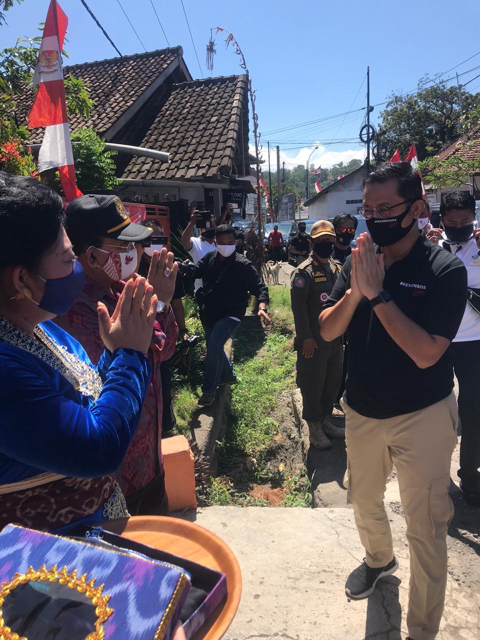 Foto: BUPATI MAS SUMATRI BUPATI Mas Sumatri menerima kunjungan kerja Mensos RI, Juliari P. Batubara, di Kantor Pos Padang Bai, Desa Padang Bai, Manggis, Jumat (21/8). Foto: nad