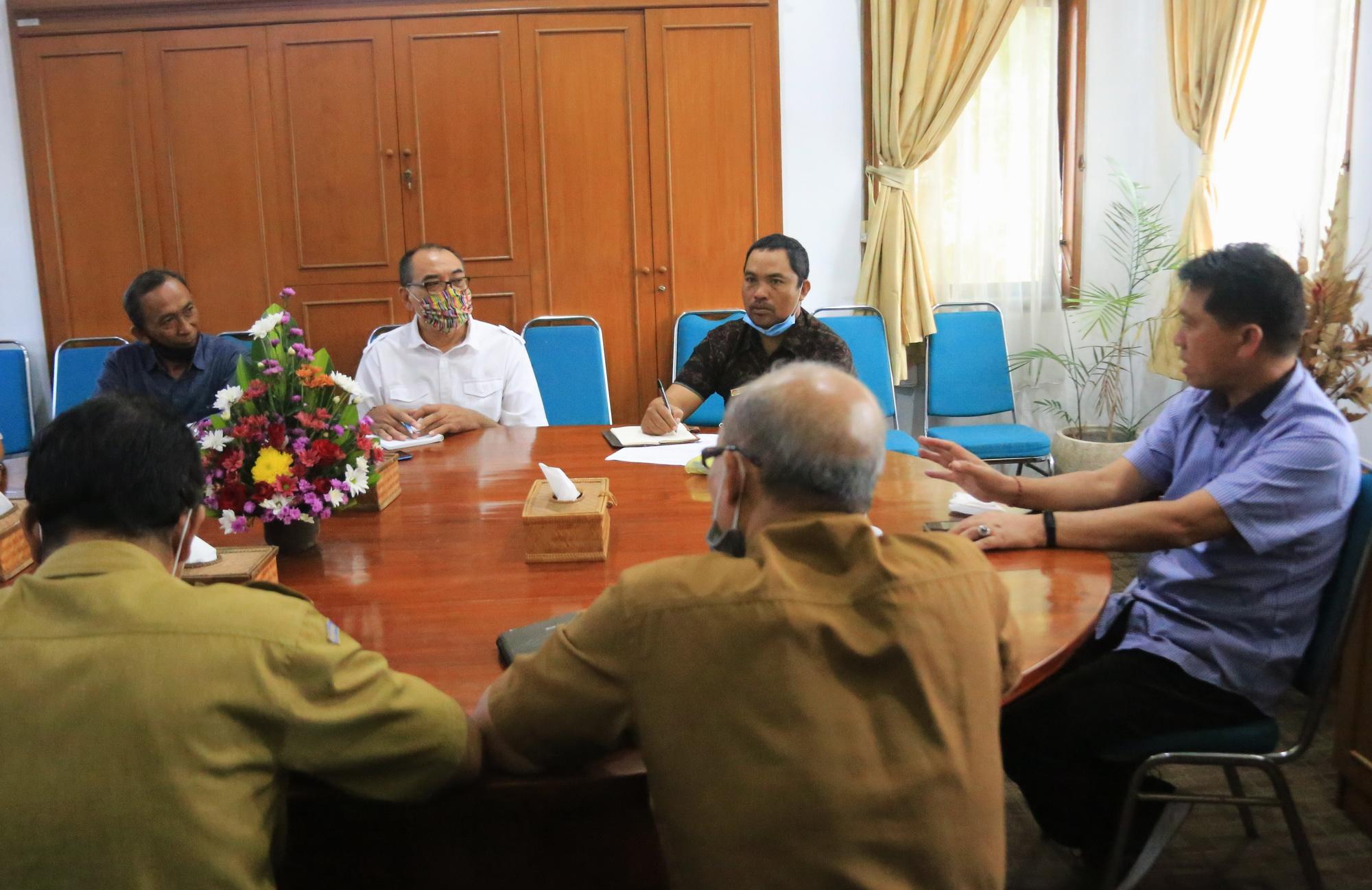 Foto: BUPATI SUWIRTA BUPATI Suwirta memimpin rapat terkait Skema Dana Inovasi RIF bersama pengurus BUMDesMa di Kantor Pemkab Klungkung, Senin (10/8). Foto: baw