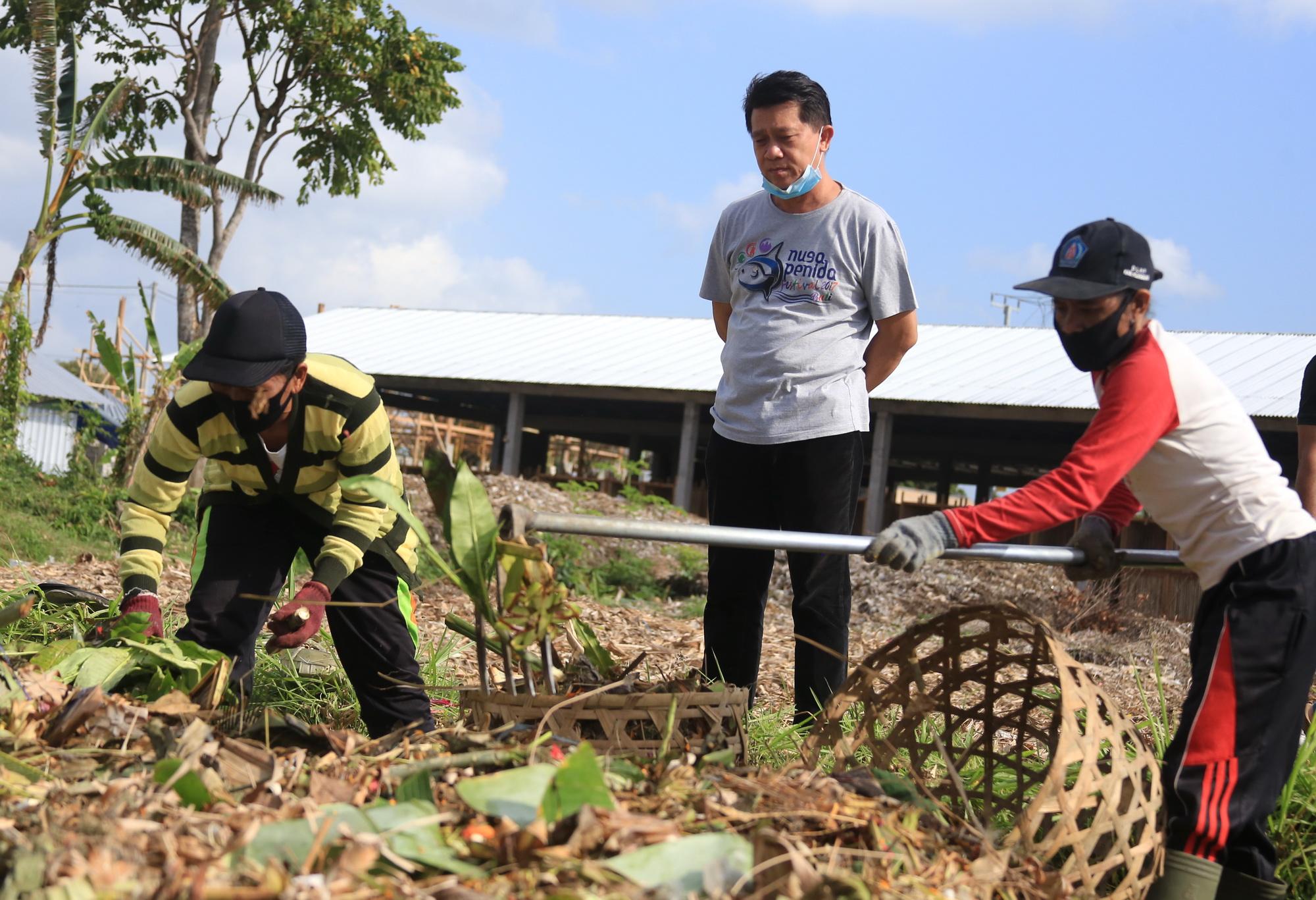 """Foto: BUPATI SUWIRTA BUPATI Suwirta memantau situasi di TOSS di Karangdadi, Desa Kusamba, Kecamatan Dawan, Kabupaten Klungkung, pada Minggu (30/8). Foto"""" ist"""