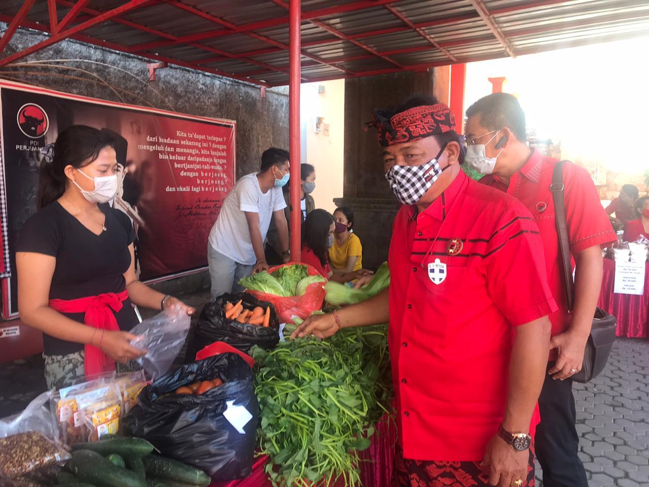 Foto: DPC PDIP DENPASAR DPC PDI Perjuangan Kota Denpasar kembali menggelar Pasar Gotong Royong Krama Bali, Jumat (14/8). Foto: tra