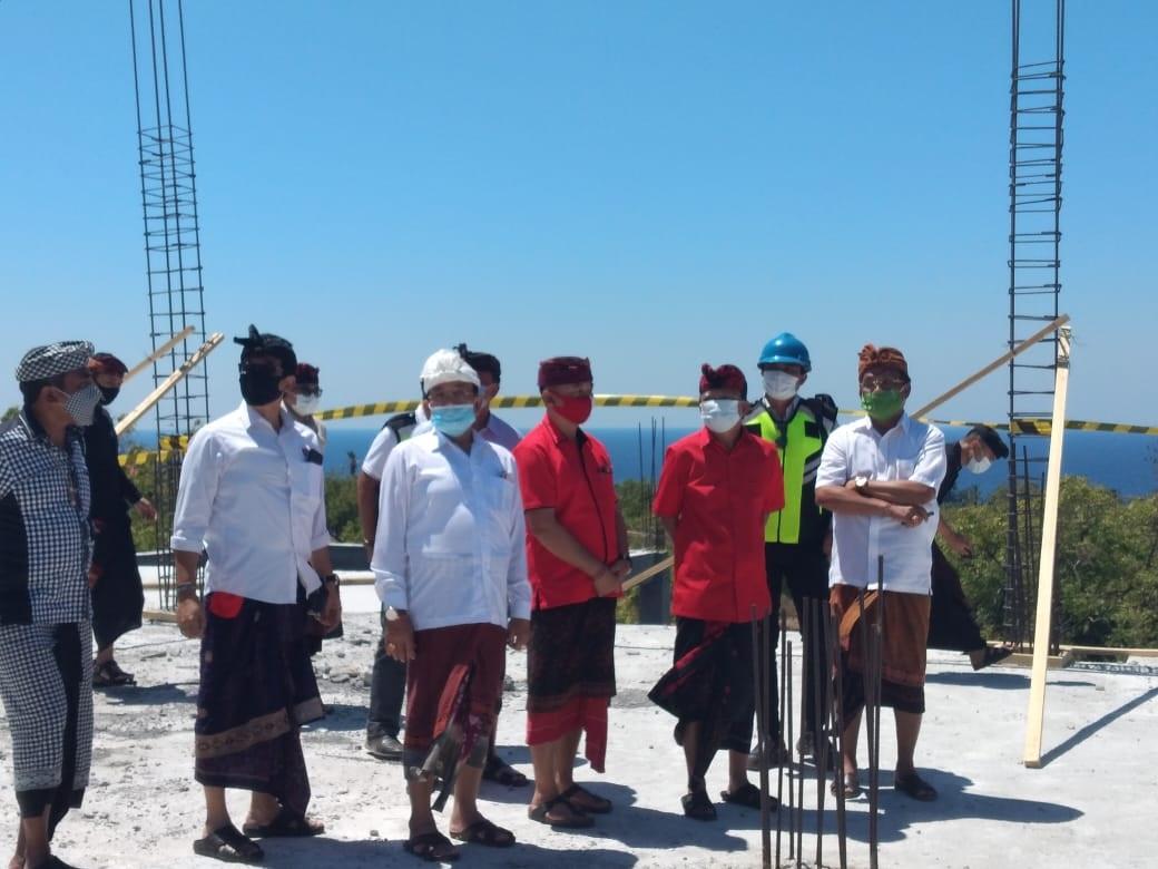 Foto: GEDE DANA KETUA DPRD Karangasem, I Gede Dana, mendapingi Gubernur Wayan Koster, ketika meninjau pembangunan SMKN 2 Kubu, Minggu (23/8) lalu. Foto: nad