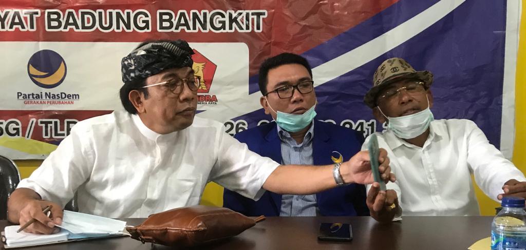 AGUNG Diatmika (kiri) bersama pengurus Partai Nasdem dan Gerindra saat deklarasi di kantor DPD Partai Golkar Badung pada 30 Juli 2020 lalu. Foto: gus hendra