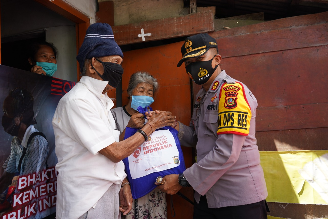Foto: KAPOLRES BANGLI KAPOLRES Bangli, AKBP I Gusti Agung Dhana Aryawan ketika menyerahkan paket sembako, Rabu (19/8). Foto: gia