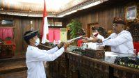 Foto : KETUA DPRD KLUNGKUNG KETUA DPRD Klungkung, Anak Agung Gde Anom, menerima pemandangan umum fraksi dalam Rapat Paripurna Ranperda tentang Perubahan APBD TA 2020, Selasa (25/8). Foto: baw