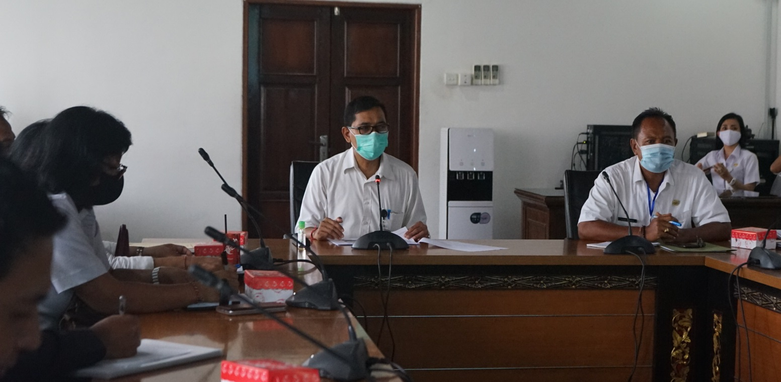 Foto: PASAR GOTONG ROYONG RAPAT koordinasi persiapan pelaksanaan Pasar Gotong Royong Krama Bali di Kantor Wali Kota Denpasar, Rabu (12/8), dipimpin IGN Eddy Mulya. Foto: ist