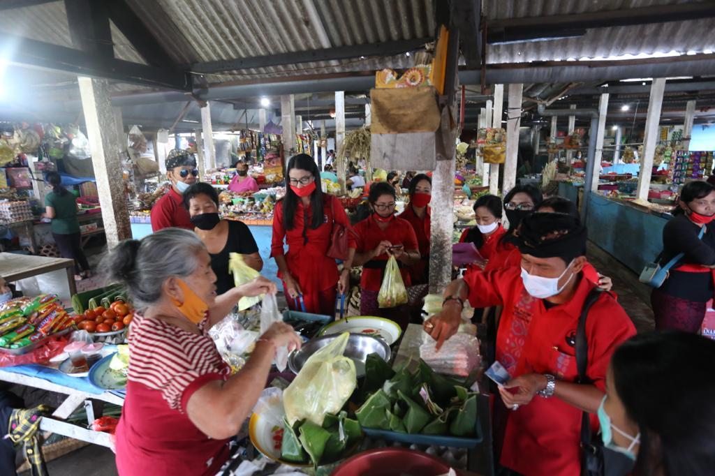Foto : PASAR GOTONG ROYONG DPC PDIP Klungkung menggelar Pasar Gotong Royong Krama Bali di Desa Akah. Foto: baw