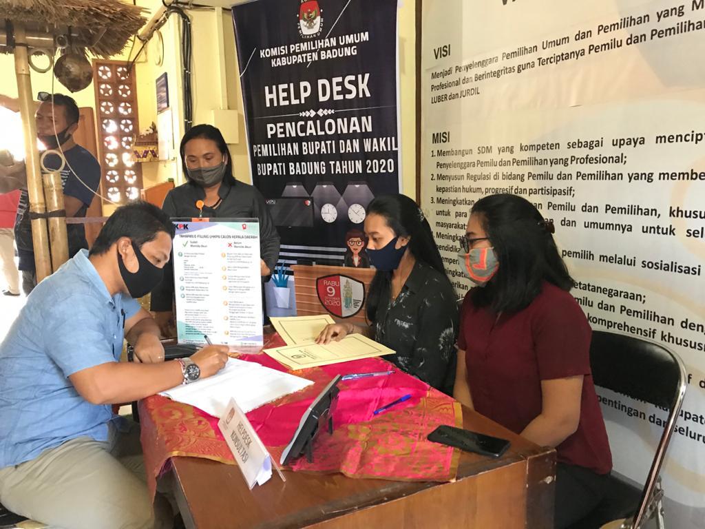 NARAHUBUNG dari Partai Golkar mendatangi Hel Desk Pilkada di KPU Badung untuk menanyakan syarat pendaftaran paslon. Foto: Ist