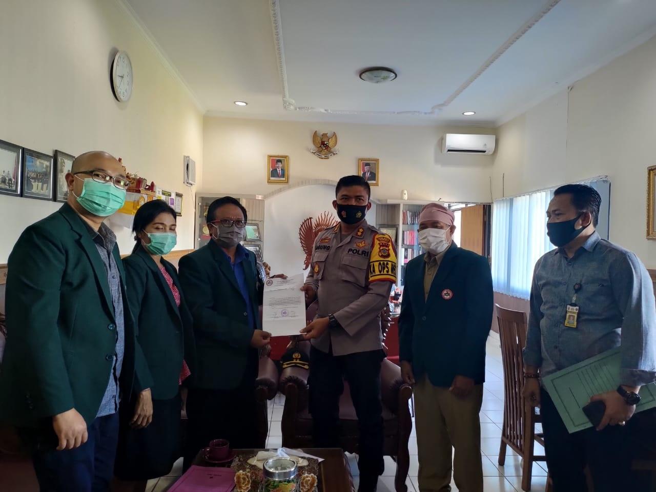 Foto: POLRES BANGLI PENYERAHAN surat dukungan Ketua IDI Cabang Bangli, dr. I Dewa Gede Oka Darsana kepada Kapolres Bangli, Senin (24/8). Foto: gia