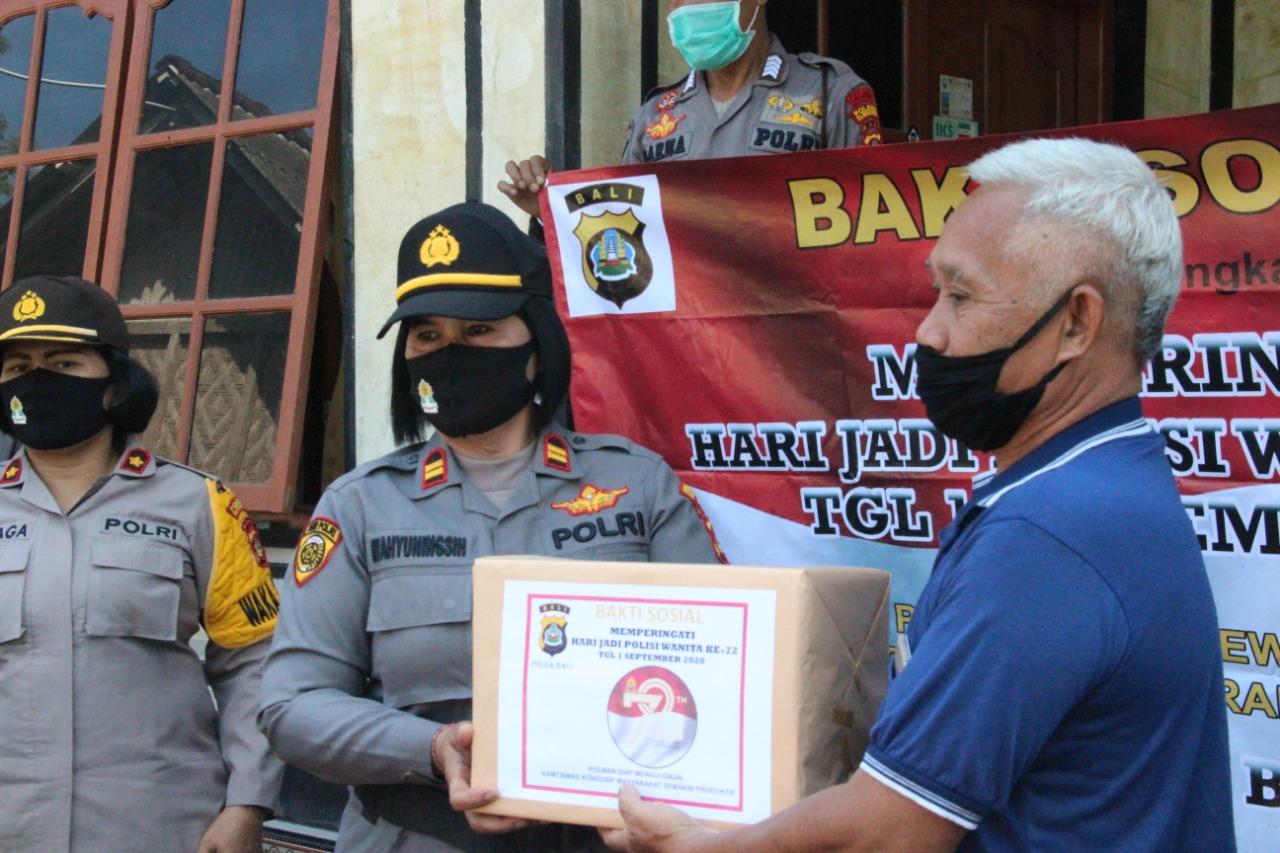 Foto : POLWAN POLRES KLUNGKUNG POLWAN Polres Klungkung memberikan sembako kepada lansia, Senin (10/8). Foto: baw
