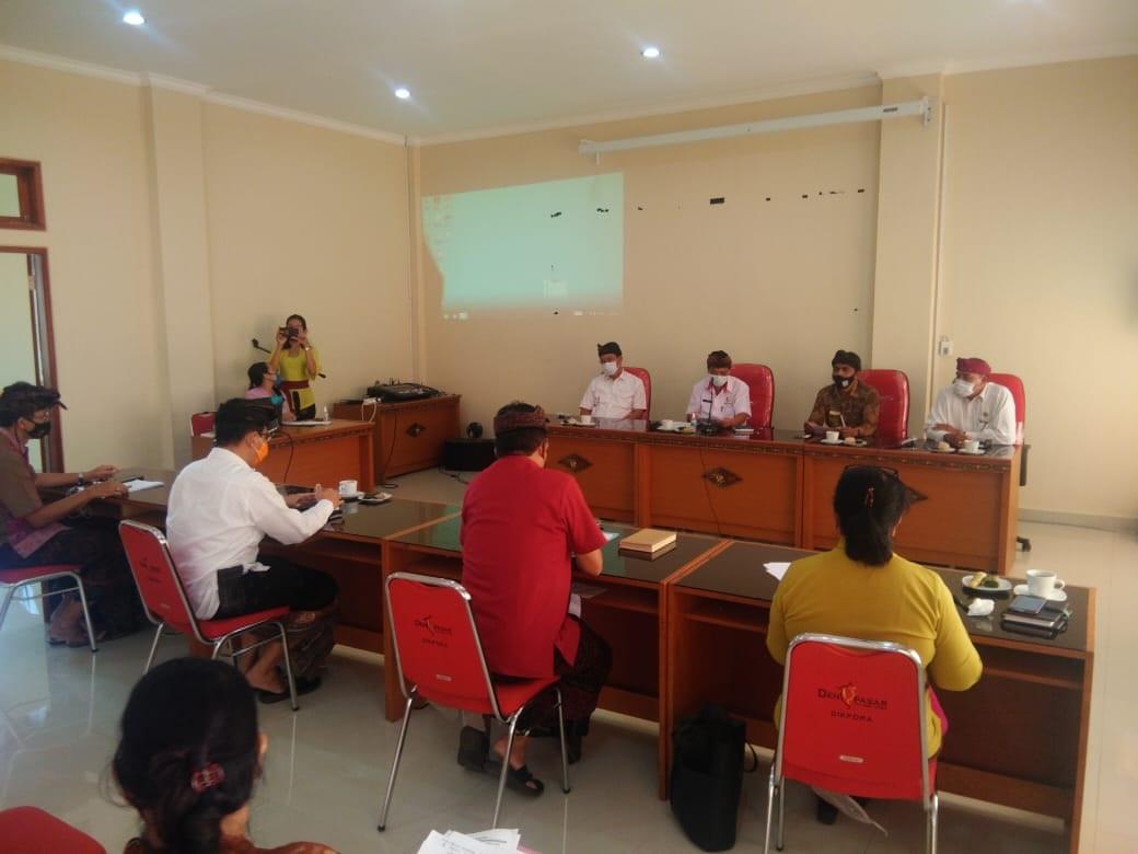 Foto: RAPAT KOORDINASI RAPAT koordinasi evaluasi proses pembelajaran saat pandemi Covid-19 di Disdikpora Kota Denpasar, Kamis (27/8). Foto: tra