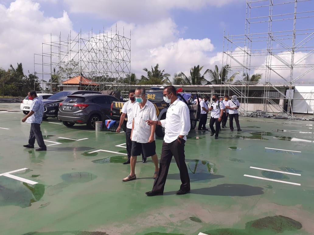 """Foto: SEKDA GIANYAR SEKDA Gianyar Made Gede Wisnu Wijaya, meninjau persiapan """"Bali Revival 2020"""" di Rooftop Monkey Forest Padang Tegal Ubud, Rabu (12/8). Foto: adi"""