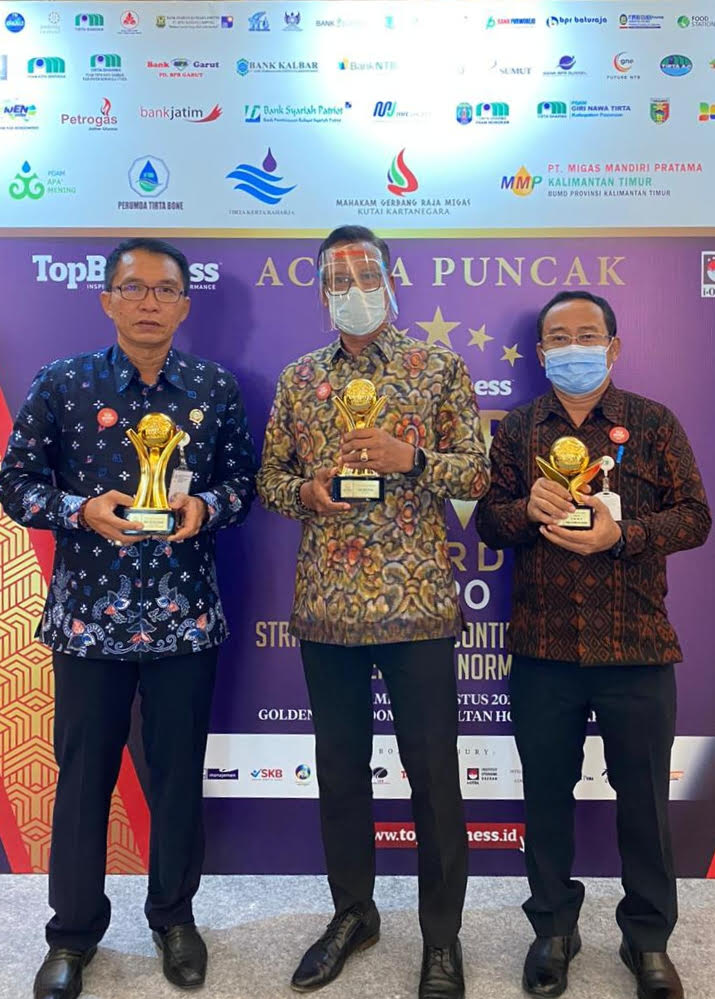 Foto : SEKDA WISNU WIJAYA SEKDA Wisnu Wijaya mewakili Bupati Gianyar menerima penghargaan Top Pembina BUMD Award 2020 di Jakarta, Kamis (27/8). Foto: ist