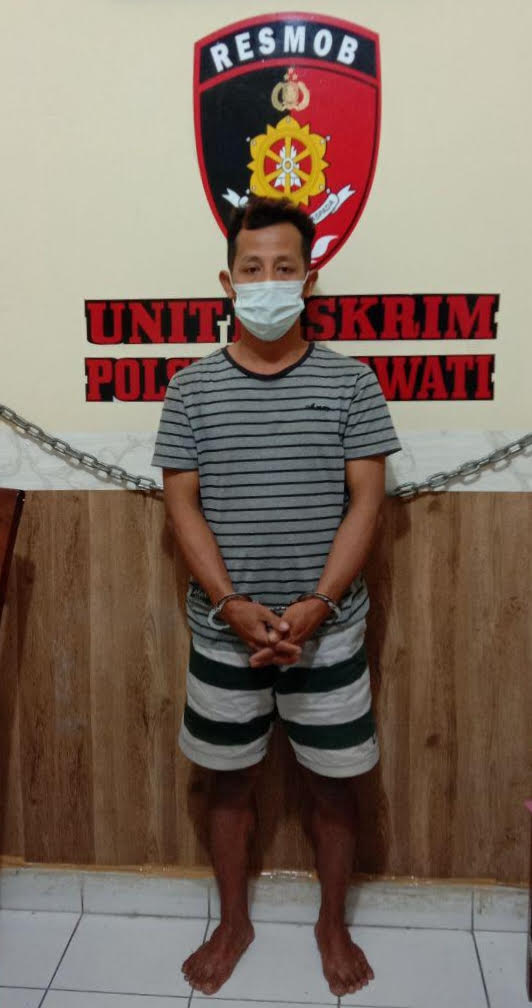 Foto : TERSANGKA TERSANGKA Zainuddin alias Udin (32) tampak tak berkutik saat digelandang ke Polsek Sukawati. Foto: adi