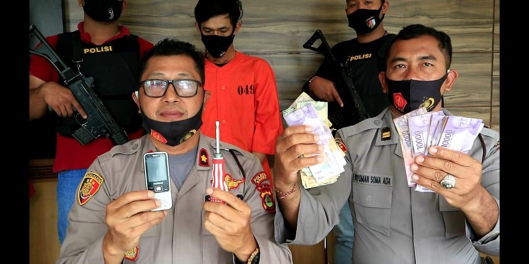 Foto: TERSANGKA POLISI menunjukkan tersangka Fatoni Puspito (29) dan barang bukti hasil kejahatannya membobol toko elektronik Delta. Foto: gia